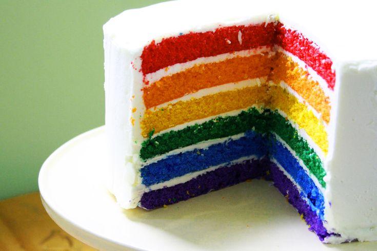 La Torta Arcobaleno (o rainbow cake) è un dolce a strati colorati, alternati con crema e panna. Ecco la ricetta e gli ingredienti per prepararla