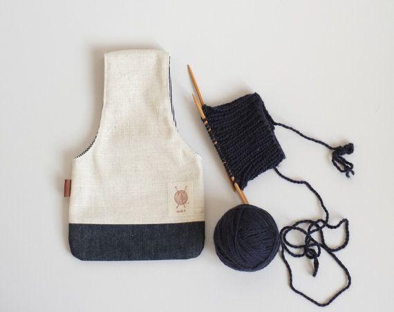 Un sac à utiliser pour vos projets de travaux daiguilles. Cest un design simple et efficace!  Ce sac est fait pour être porté au poignet lorsque vous tricotez. La balle de laine y est placée à lintérieur et vous avez les mains libres pour votre tricot, la laine se déroule au fur et à mesure.  Cette pochette peut être utilisée pour le tricot, le cochet, la broderie, on y met une petite paire de ciseaux et quelques fils et on peut les emporter partout.  Le sac est réversible, dun côté, un Lin…