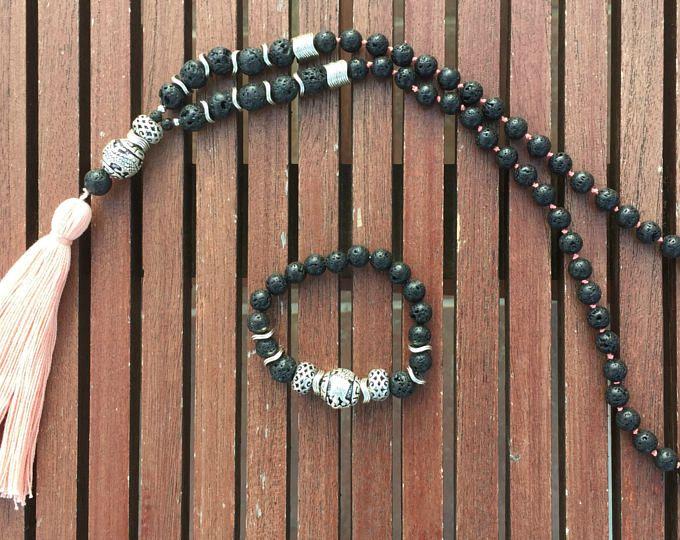 Collar y pulsera de cuentas de lava negra volcánica, plata tibetana y borla rosa