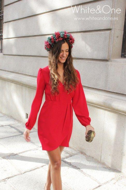 Vestido corto y liso rojo con corona de flores para invitadas bajitas boda de White and One