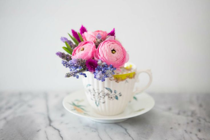 Usa come vaso una tazza da tè. Non buttare via i fiori che hanno i gambi corti: mettili in mostra in una tazza da tè. Lega insieme i gambi usando un elastico per capelli, in modo che non si separino all'interno della tazza. Così sarà anche più facile cambiare l'acqua. Nella foto: ranuncolo rosa, lavanda, fiori selvatici di celosia e lampascione.