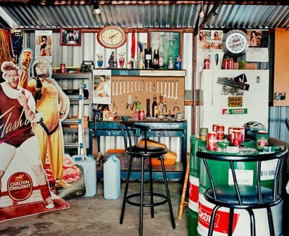 Jasper White est un photographe basé à Londres, son travail se base sur des espaces synonymes de la vie quotidienne de chacun. Suite à un voyage en Australie, il découvre l'obsession masculine locale: l'appropriation bien particulière des hangars et garages. Ces pièces sont souvent traitées comme des sanctuaires réservés aux hommes, espace où ils donnent libre court à leurs envies et passions.