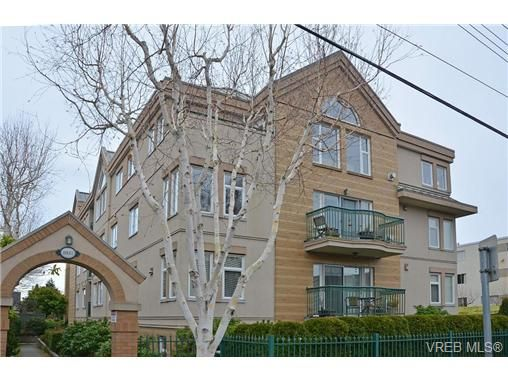 A beautifully designed 2 bedroom, 2 bathroom suite in the heart of Fairfield!  Quiet rear corner unit with East, South & West exposures & two balconies!