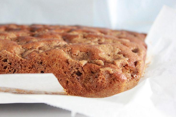 Betalt innlegg En fløyelsmyk kake inni og sprø på toppen. Denne ble godt mottatt her i huset, og etter å ha frosset ned en bit, er vi enige at denne er best fersk. Den er ikke like sprø på toppen etter en tur i fryseren. Kaken er lagd i en liten langpanne (27 x 38 cm), og den består av Crumble/Smuldredeig til toppen av kaken som lages først 100 g Bremykt 100 g mel 100 g brun farin 1 ts kanel Ha alle ingrediensene i en bolle og kna dette godt sammen. Settes kaldt i et par timer eller mer ...