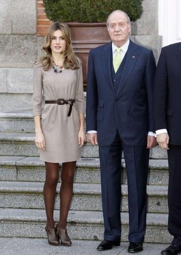 La Princesa Letizia junto a Don Juan Carlos durante una recepción con el presidente de Hungría.
