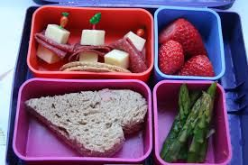 Lunchbox with a piece of bread cut as a heart - Matlåda med en skiva bröd i form av ett hjärta