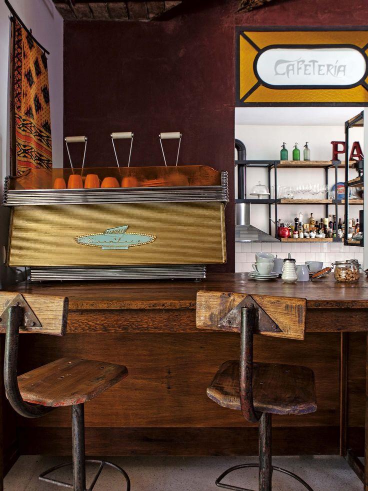 """Cocina rústica con cafetería, donde reina """"La Cimbali"""", una cafetera italiana de los años 50."""