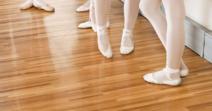 Qué usar para una clase de ballet principiante para adultos. Tomar clases de ballet como un adulto es una forma de aprender un nuevo arte y ejercicio físico. El ballet ayuda a los estudiantes a desarrollar el equilibrio, la coordinación y la gracia y es también una manera de socializar con otros adultos y hacer amigos. Comenzar lecciones con ropa y zapatos adecuados hará que desarrolles las habilidades de ...