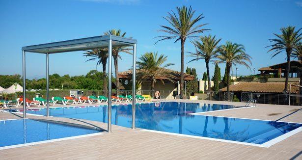 Détendez-vous au bord de la piscine du camping Castell Mar, situé sur le long de la Costa Brava ! Plus d'infos : https://www.tohapi.fr/costa-brava/camping-castell-mar.php #tohapi #vacances #camping #costabrava #espagne #empuriabrava #castellmar