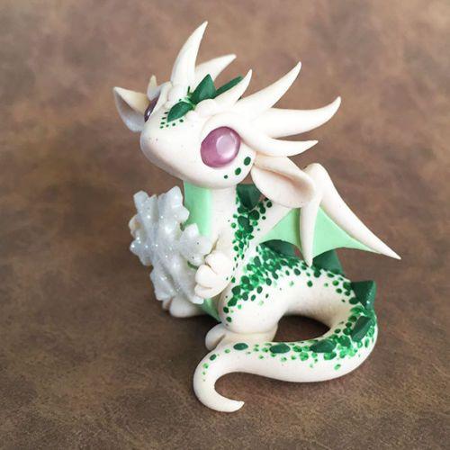 Green-Speckled-Snowflake-Dragon-Sculpture d'autres figurines pokemon : http://amzn.to/2luw5mX