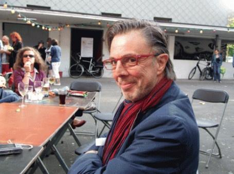 Norbert de Beule (°1957) is voordrachtkunstenaar en leraar Nederlands in Sint-Niklaas. Hij publiceerde gedichten in 'Deus ex machina' en schreef een poëtische theatermonoloog over het leven van Jotie 't Hooft. De Beules nieuwste dichtbundel 'Tri ti tiii' is een springerige, muzikale vertelling die hij graag toelicht in bibliotheek Permeke op 23 mei 2013.