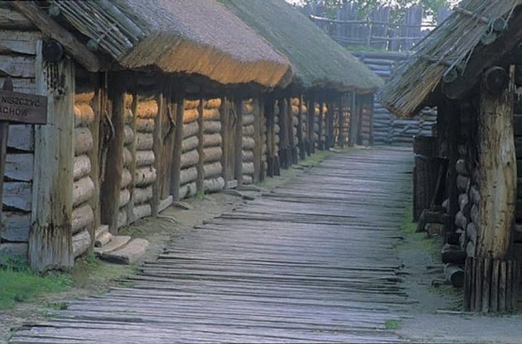 Surrounded by a massive shaft, the settlement had 13 long houses with more than 100 living quarters, each with a porch and a main room. It is estimated it could inhabit up to 1,000 people.