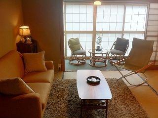 会津東山温泉 いろりの宿 芦名 椅子で寛げる懐かしい昭和風インテリア和室8畳 座椅子を排したソファーとチェアが自宅のように寛げると人気の客室