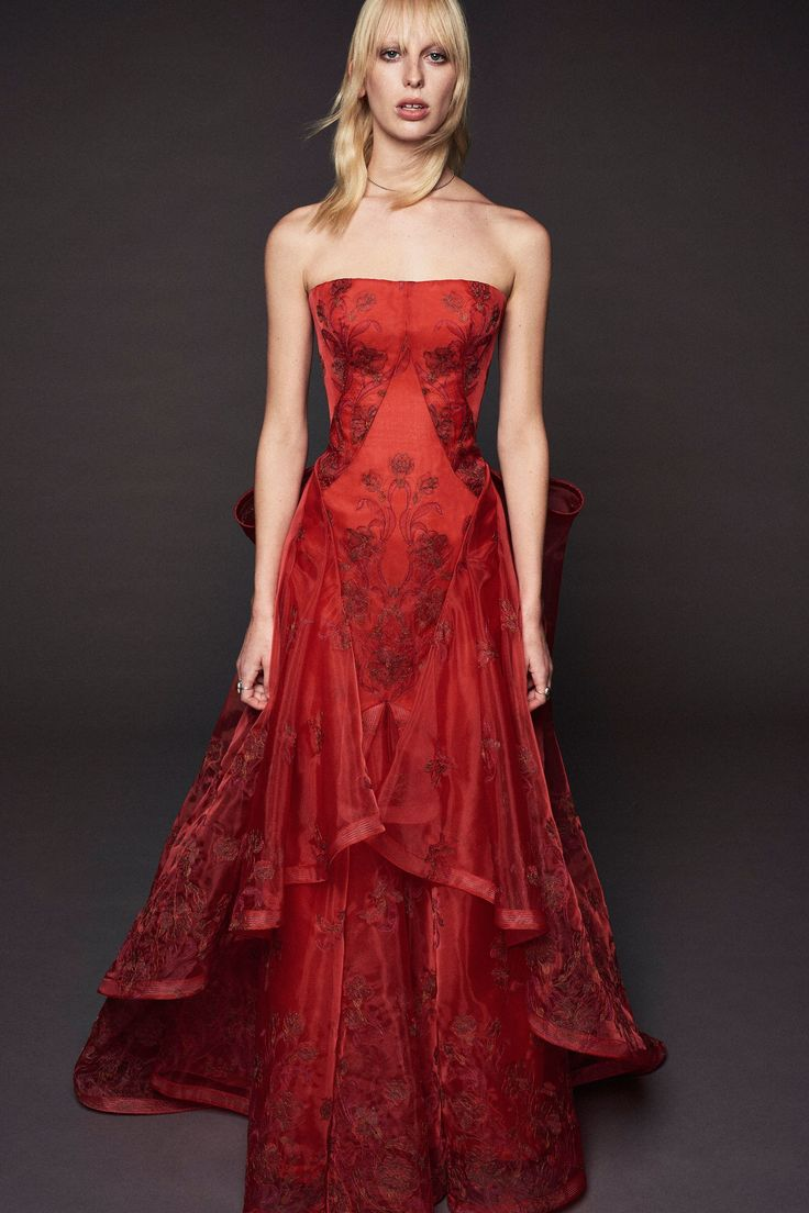 Zac Posen Resort 2018 Collection Photos - Vogue (Guipure Lace Strapless Gown)