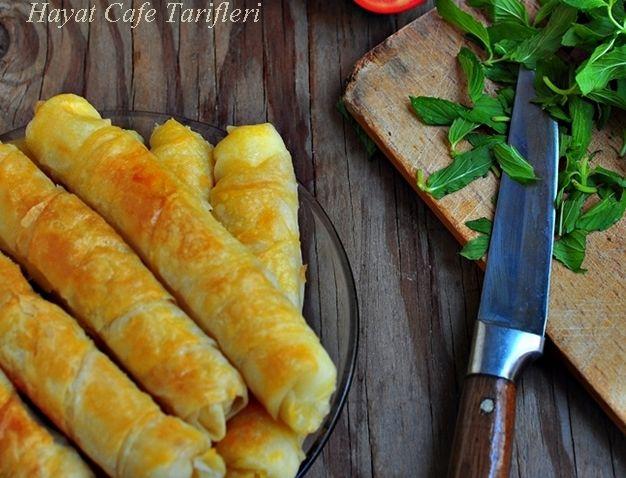 Buzdolabında bekleyen börek Buzluk Böreği Tarifi Banyolu Börek Bu buzluk böreği veya diğer adıyla Banyolu börek kurtarıcı bir börek. Ani gelen misafire, sabah kahvaltısında, akşam yemeği olmadığında, canınız börek istediğinde falan filan..:) Tabi bunun için önceden böreği sarıp, buzluğa atmak gerekiyor.Sonra ani gelen misafirde veya sabah kalvaltılarında çıkarıp fırına atmak büyük kolaylık ve buzlukta beklediğiRead More
