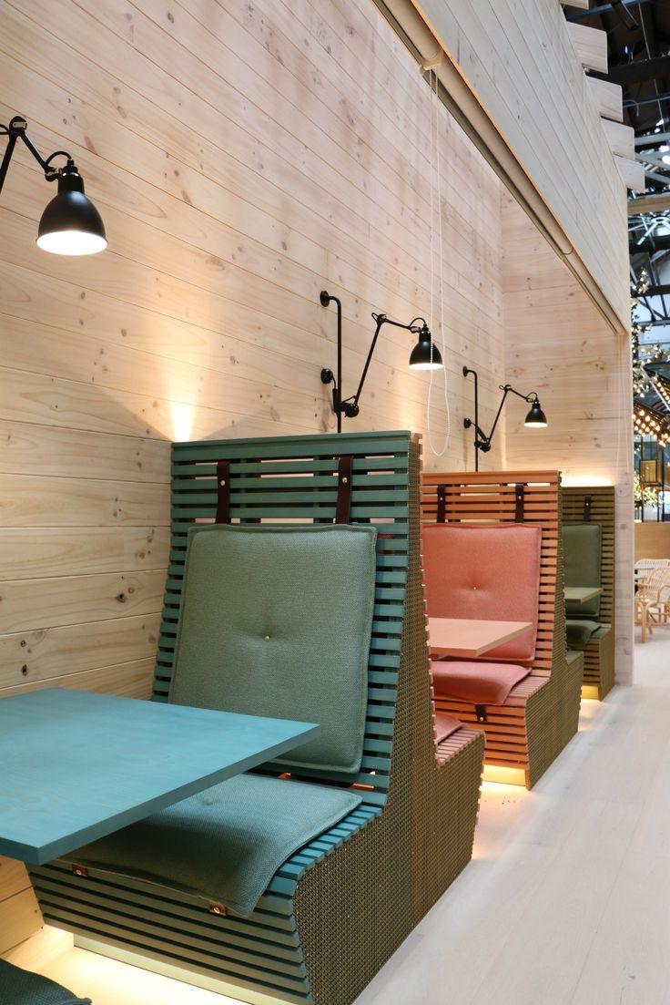 Bancos con mesas en madera con respaldo alto para una mayor privacidad.