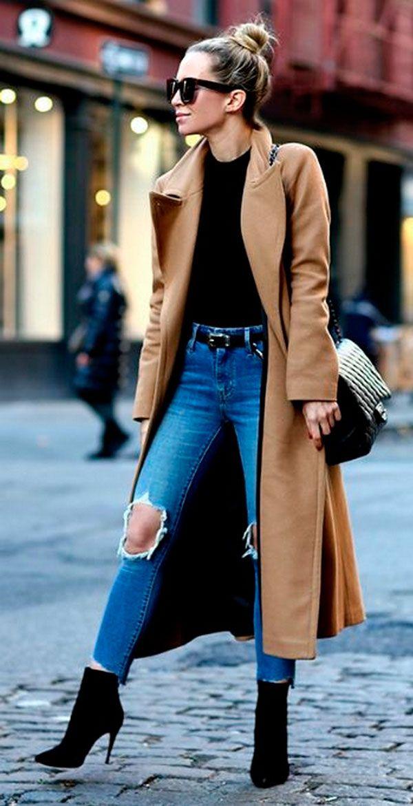 Look para dias frios com jeans destroyed, tricot preto, overcoat caramelo e bota de salto.