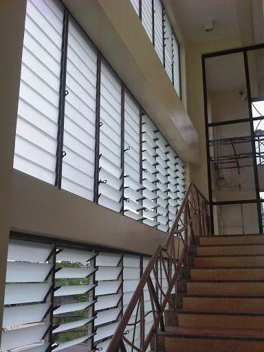 Sử dụng vách ngăn tường lá sách ở lối đi dọc hành lang hoăc lối lên cầu thang tạo các đường cắt góc khác nhau, vừa chắn nắng vừa hiệu quả làm mát tối đa. Get fresh air along walkways to maximize the ventilation