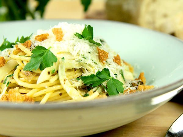 Fantastisk pastarätt med citron, sardeller, vitlök, kapris och     fänkål. Toppas med knapriga brödkrutonger och parmesan.