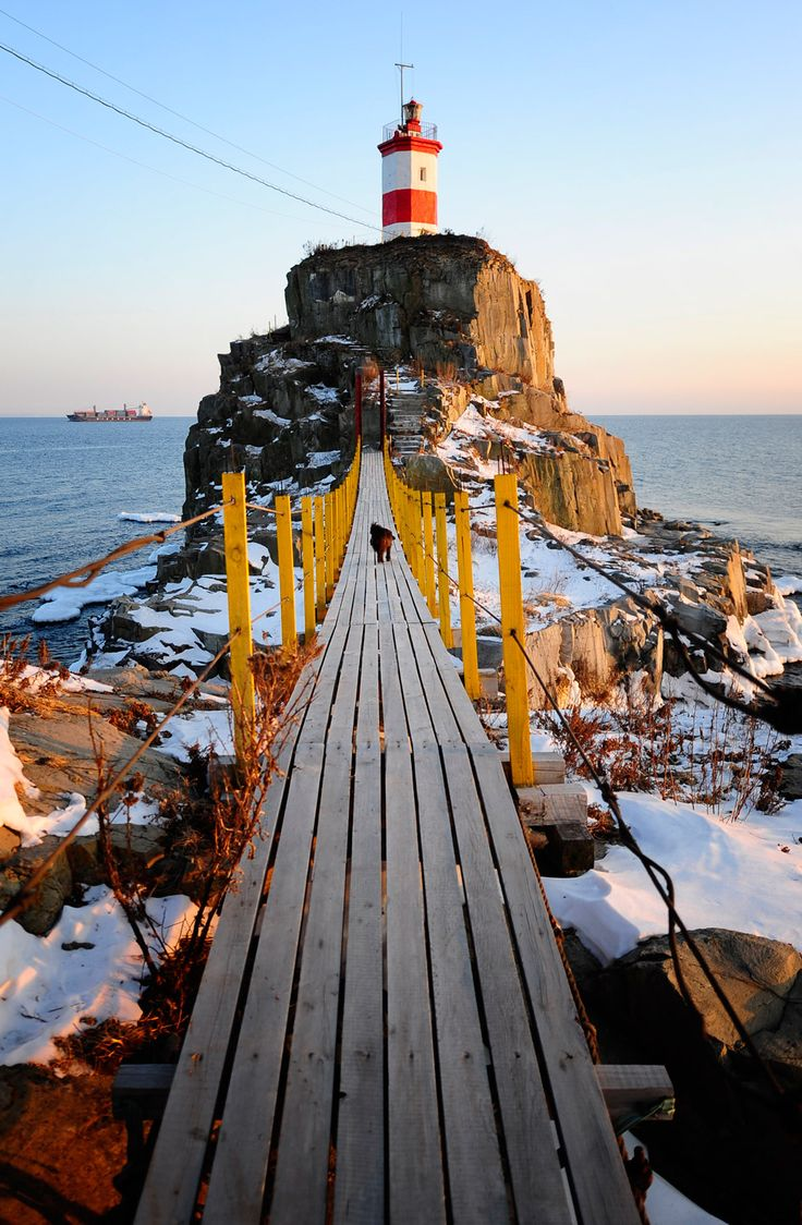 El faro fundado en 1937 situado en la península Basarguina, cerca de Vladivostok. Rusia.