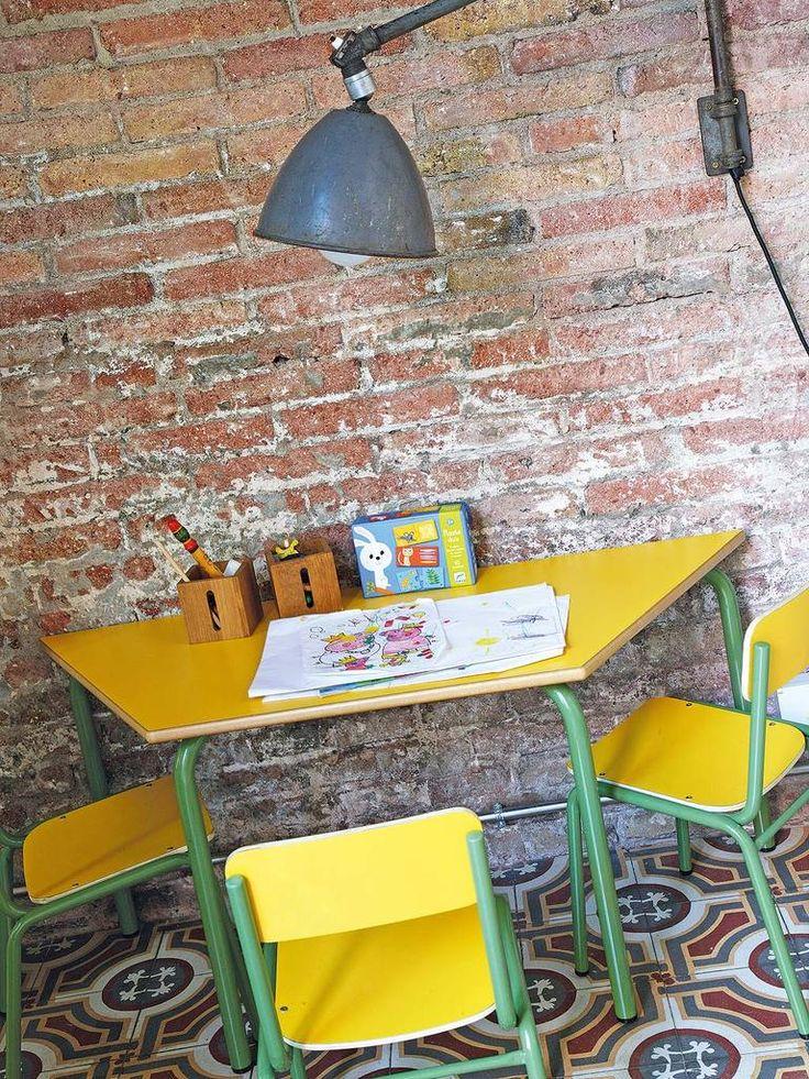 Детская мебель и лампа над столом выдержана в индустриальном стиле. .
