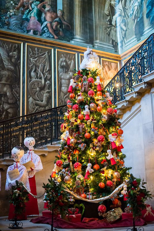Hampton Court Palace is a royal palace in the London Borough of Richmond upon Thames, Greater London, in the historic county of Middlesex, and within the postal town East Molesey, Surrey.    The Hampton Court Palace   Flickr - Photo Sharing!