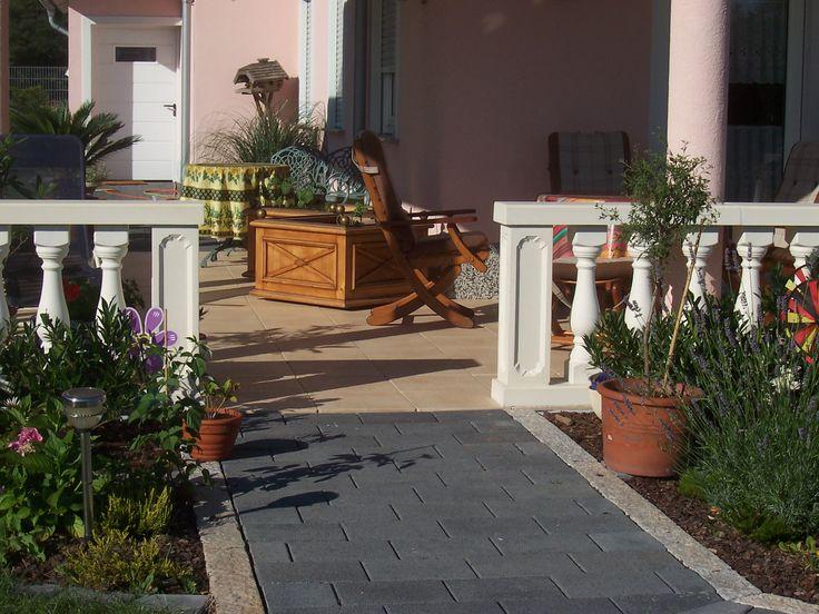 Aménagement de balcon et terrasse avec des balustres blancs en ciment modèle roma azur