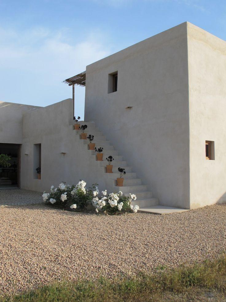04 escalera entrada l r mediterranean houses casas for Mediterranean stucco