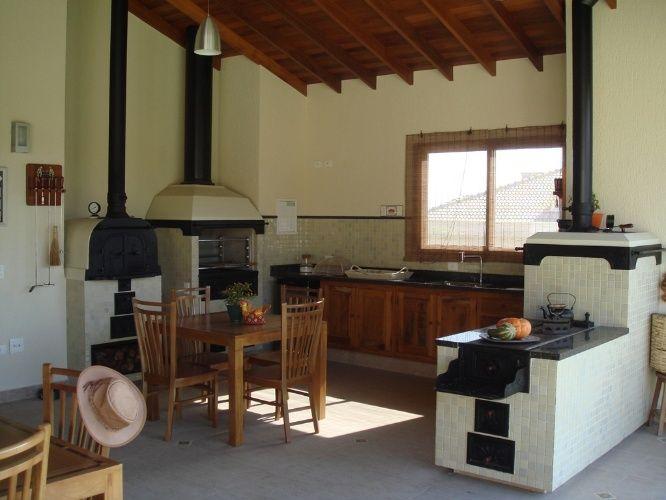 Integrada à varanda e ao interior da morada, esta cozinha com 21 m²