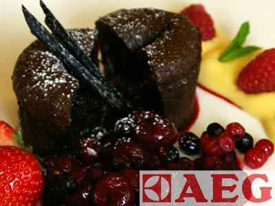 Voor het bereiden van het dessert gebruiken wij een combinatie van stoom en hete lucht. Hiervoor gebruiken we een patisserieplaat die geschikt is voor het bakken van bladerdeeg, croissants en dergelijke. __Vandaag maken wij chocolade cakejes in combinatie met een compote van rood fruit.