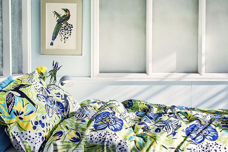 Tropical hues of green, blue and a glimpse of yellow. Bring paradise to your bedroom with our Paratiisi duvet cover set.