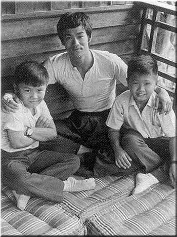 """«La mesure de la valeur morale d'un homme est son bonheur. Le mieux l'homme, le plus de bonheur. Le bonheur est synonyme de bien-être """"(Bruce Lee)"""