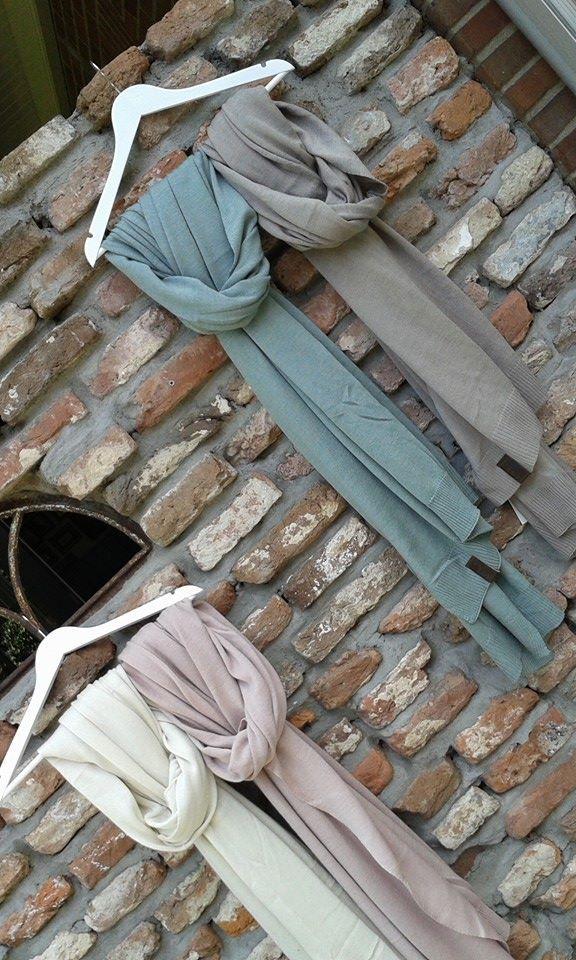 Deze prachtige sjaals zijn het pronkstuk van onze najaarscollectie. In 5 kleuren: zwart, crème, taupe, poederroze en licht-groen/grijs. Prijs €25,- per stuk en 2 stuks voor €39,- (ook in combinatie met de omslagdoeken)