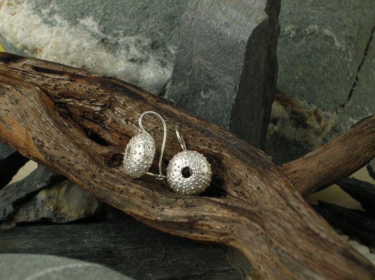 Orecchini pendenti in argento 925/1000 a forma di ricci di mare, realizzanti artigianalmente utilizzando la tradizionale tecnica della fusione a cera persa. #RRorafi #GioielliCheAttraversanoIlTempo #Jewels