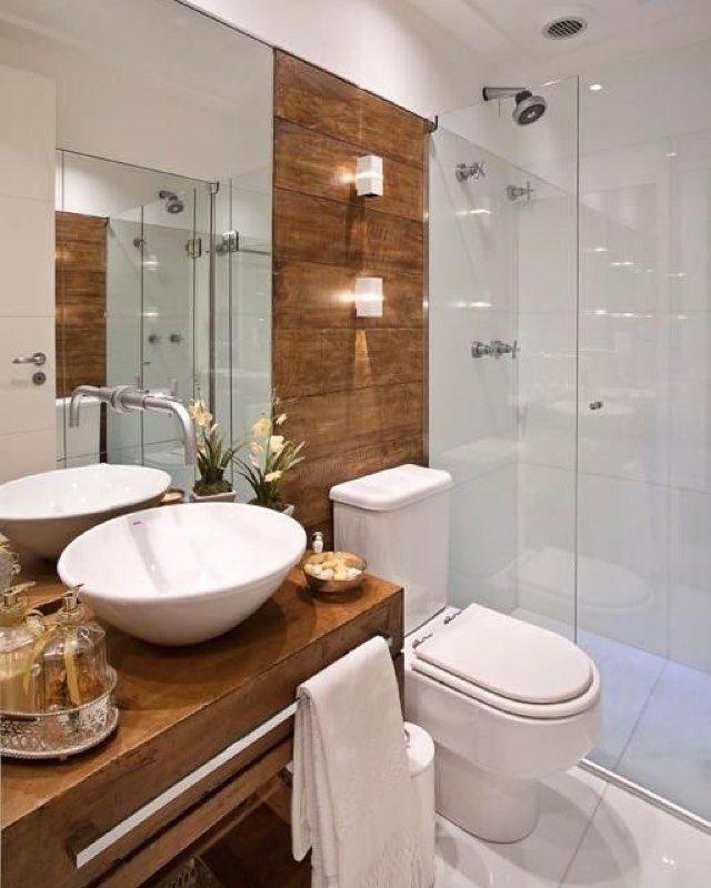 Bom dia Amores!!! ❤️ Para hoje temos banheiro lindo com bancada e parede revestida em madeira! Achei linnnnndo!! [autor desc] #inspiração #decor #design #interiordesign #arquitetura #decoração #homedecor #papodecora #blogpapodecasada #papodecasada