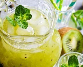 Cocktail détox kiwis, pommes et menthe sans alcool : http://www.fourchette-et-bikini.fr/recettes/recettes-minceur/cocktail-detox-kiwis-pommes-et-menthe-sans-alcool.html