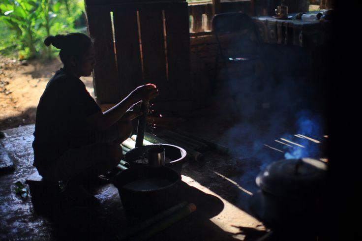 Ibu Johan membuat Masi Bambu untuk merayakan Hari Lebaran Idul Fitri di Desa Konda, Kendari, Sulawesi Tenggara, Indonesia