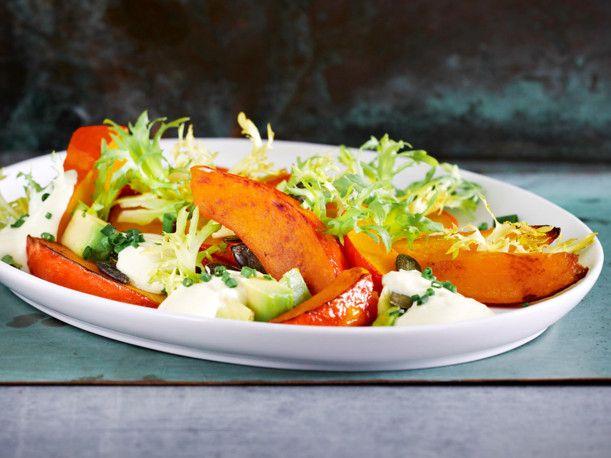 Geröstete Kürbisspalten mit Avocado und Endiviensalat Rezept | LECKER