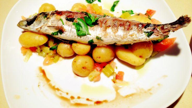Кулинарные рецепты для правильной работы мозга. Сардины на гриле с томатами, рукколой и сыром пекорино.