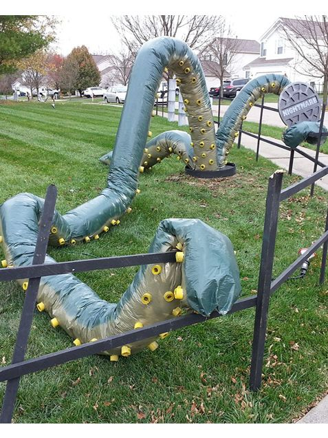 Giant Tentacle Monster - unique & super simple! HHalloweenDecor http://www.ivillage.com/scary-outdoor-halloween-decor/7-a-546516