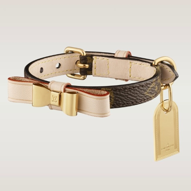 - Monogram canvas, natural cowhide lining, golden brass pieces  - Removable bow  - Customizable plate  - Collar suitable for dogs weighing approximately 4 kilos  - Diameter 19 cm