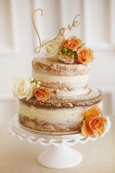 """Lindo naked cake de casamento com """"love"""" como cake topper"""