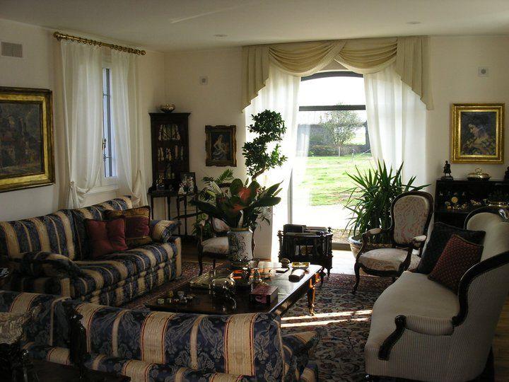 Per un ambiente molto classico, tende in seta con bastoni in ottone e mantovana a drappeggio