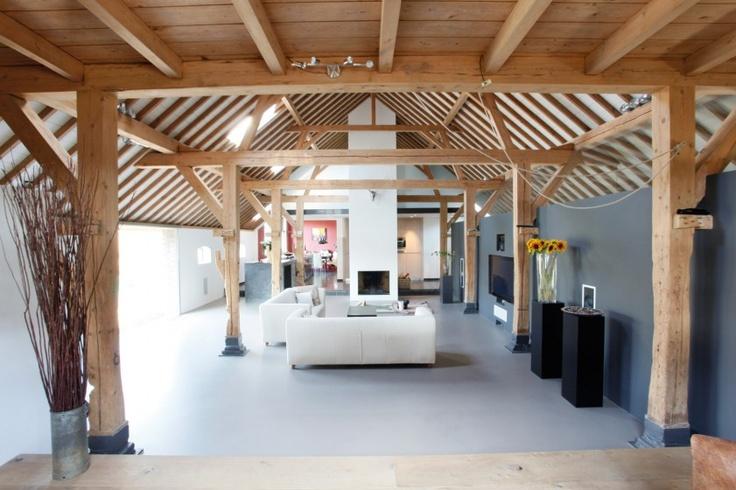 mooie combi van hout en 'beton' => open ruimte