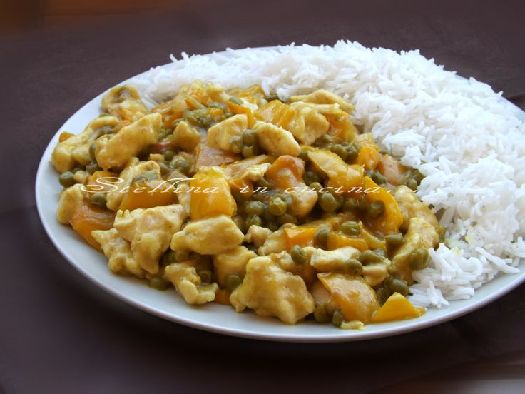 Petto di pollo al curry con peperoni e piselli