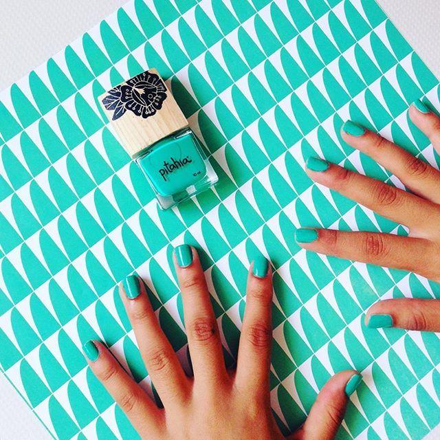 ¡Listo! uñas perfectas y llenas de color. Tono: Ciudad Esmeralda Colección:  Érase una vez  #pitahia #pitahianails #nails #green #nailpolish
