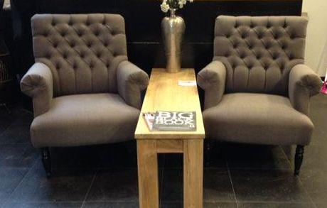 Arthur gecapitonneerd #chair #stoel #capiton #grey #grijs #interieur #interior #interieurwinkel #interiorstore #meubels #en #meer #meubelsenmeer #mijdrecht #tafeltje #vaas