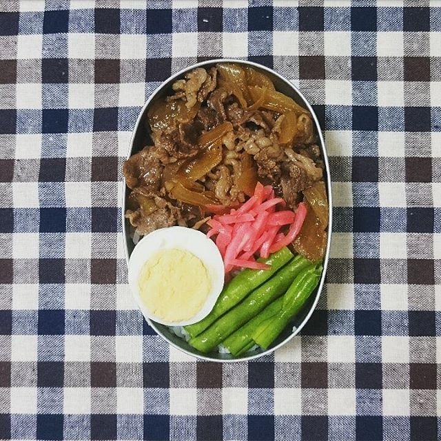 牛丼弁当🍴 最近肉ばかり💨  #お弁当#今日のお弁当#アルミ弁当#ランチ#牛丼#肉#牛肉#半額
