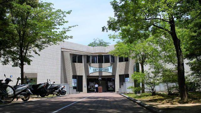 名作から最新のヒット作も!広島市まんが図書館は「漫画」に特化した市立図書館。こどもからおとなまで幅広く無料で楽しめるスポット。広島市在住者でなくても借りられます!