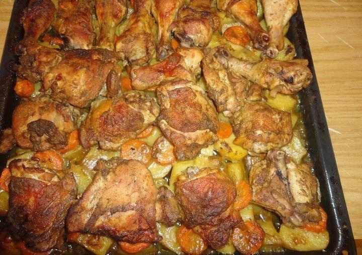 Fokhagymás csirkecombok zöldségágyon – szinte magától elkészül és elképesztően finom! - MindenegybenBlog